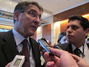 O ministro do Desenvolvimento, Fernando Pimentel, falou à imprensa nesta quinta-feira (27) (Foto: Darlan Alvarenga/G1)