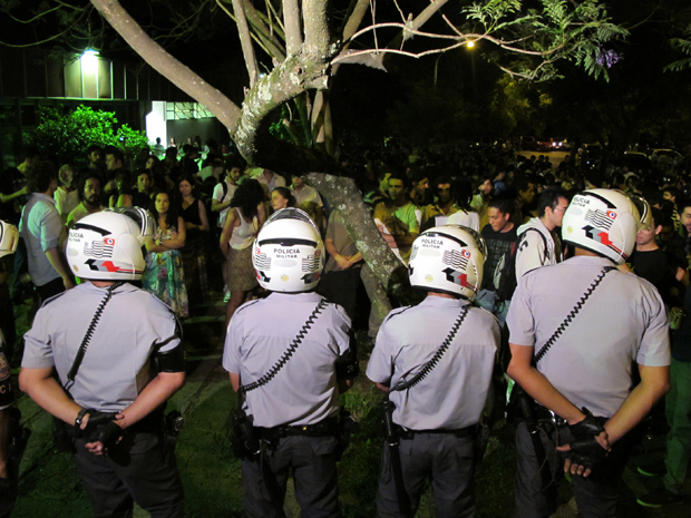 Estudantes da USP protestam contra ação da PM (Foto: Paulo Toledo Piza/G1)