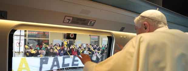 O Papa Bento XVI acena da janela do trem ao chegar a Assis nesta quinta-feira (27) (Foto: AP)