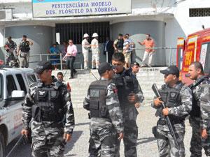 Detentos fazem rebelião em presídio de João Pessoa (Foto: Walter Paparazzo/G1)