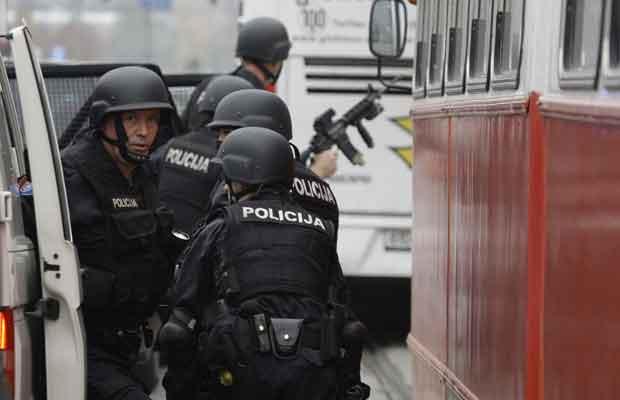 Policiais chegam ao local do ataque nesta sexta-feira (28) em Sarajevo, capital da Bósnia (Foto: AP)