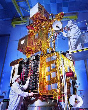NASA prepara o satélite Landsat-7 para lançamento em 1999 (Foto: Divulgação/NASA)