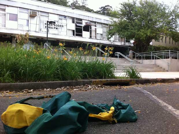 Bandeira queimada em frente a prédio ocupado pelos estudantes (Foto: Letícia Macedo/G1)