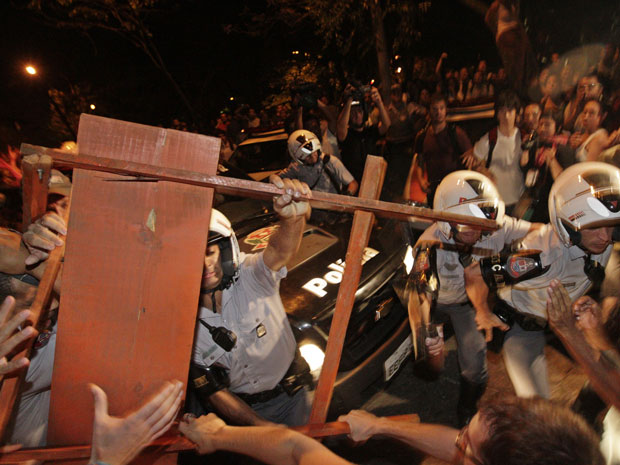 Estudantes da USP protestam contra ação da PM (Foto: Tiago Queiroz / Ag. Estado)