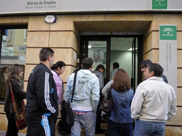 Pessoas fazem fila para entrar em centrais de emprego em Sevilha (Foto: AFP)