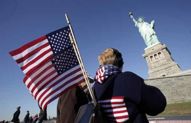Visitante observa a Estátua da Liberdade nesta sexta-feira (28) (Foto: AP)