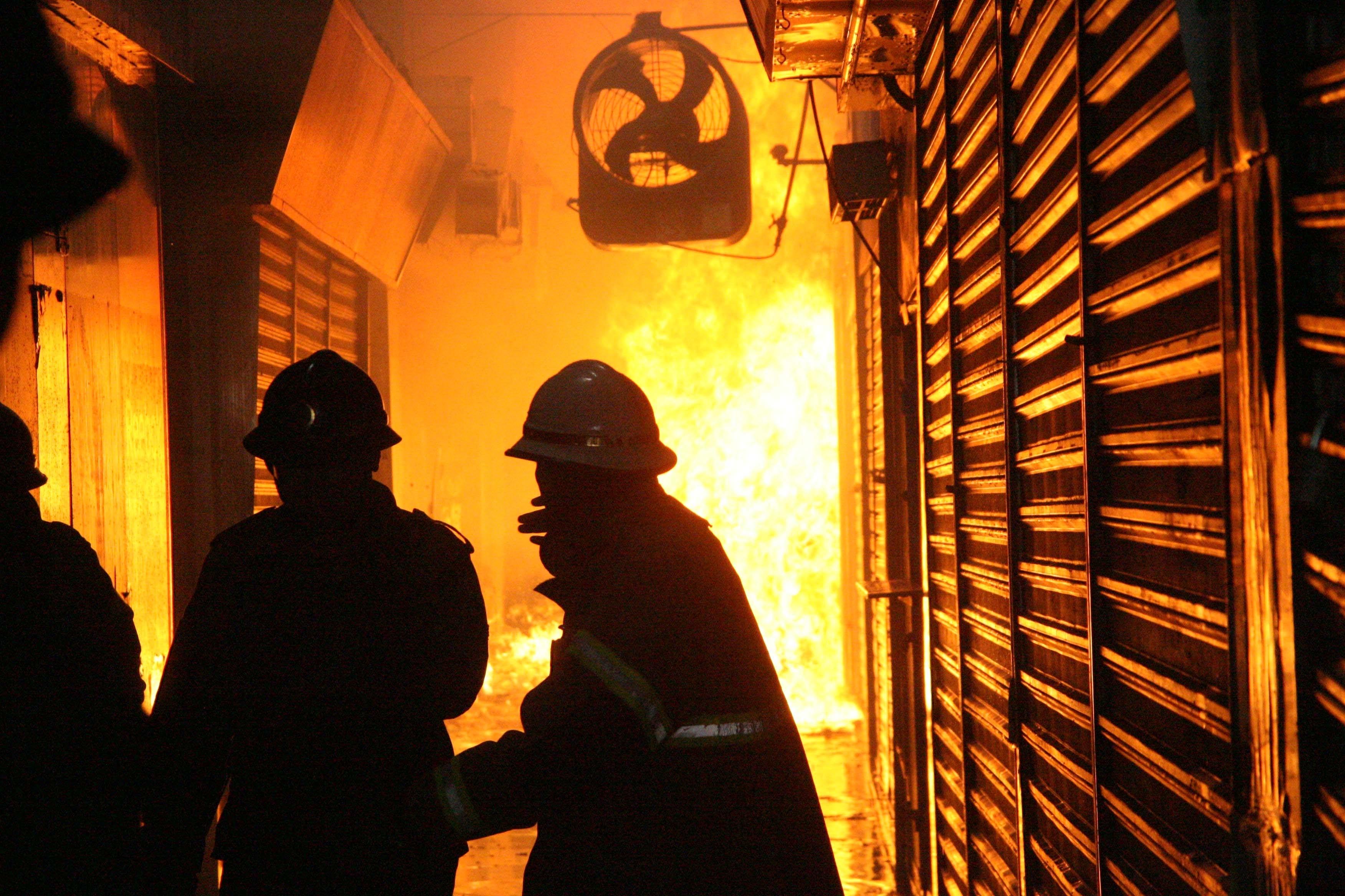Bombeiros dentro do mercado tentam controlar incêndio