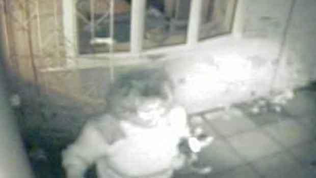 Câmeras de segurança captaram Christine Hemming invadindo a residência de Emily Cox, em setembro do ano passado (Foto: BBC)