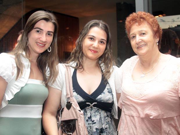 Marcimara veio com as filhas, de Araucária. (Foto: Joka Madruga/G1 PR)