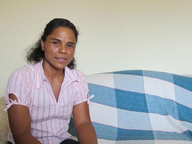 A professora Maristela Marçal está tomando analgésicos e ficou em observação depois de sofrer desmaio (Foto: Raphael Prado/G1)