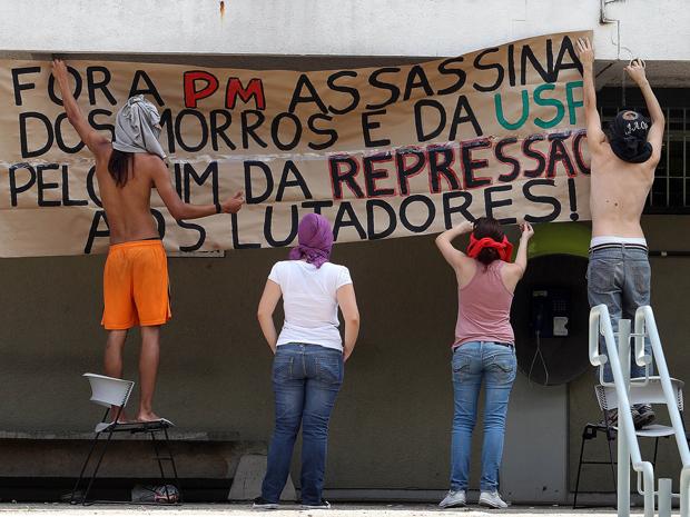 Estudantes colocam faixa de protesto (Foto: Evelson de Freitas/Agência Estado)