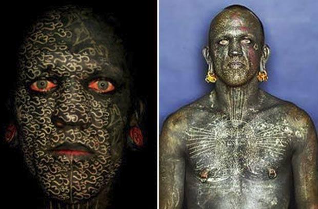 O neozelandês Lucky Diamond Rich decidiu pintar o corpo todo de preto, incluindo lugares sensíveis, como as pálpebras, a pele entre os dedos e a genitália. (Foto: Reuters)