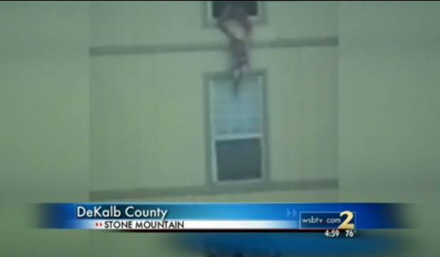 Após jogar bebê, Ashley Brown usou corda para descer a filha de 3 anos. (Foto: Reprodução/WSBTV)