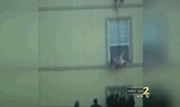 Ashley Brown usou corda para descer a filha de 3 anos. (Foto: Reprodução/WSBTV)