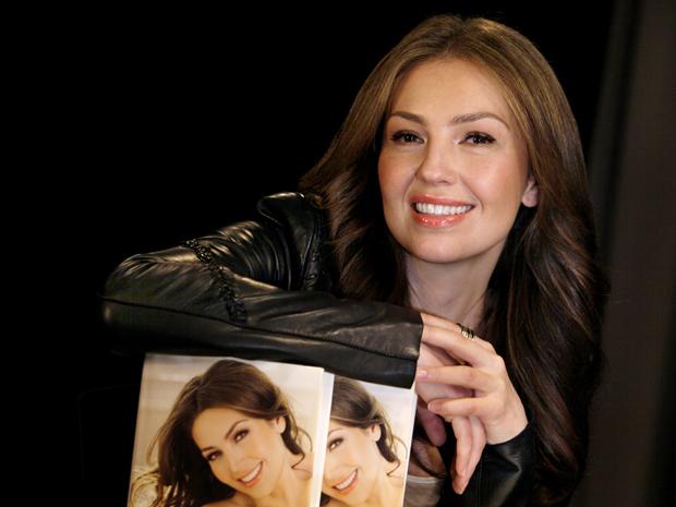 A cantora e atriz Thalia lança o livro 'Cada dia mas fuerte', em Nova York, na quarta-feira (26)  (Foto: AP)