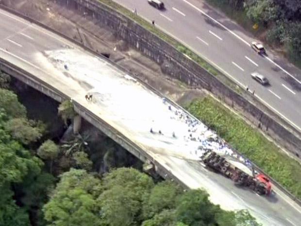 Carreta com produto perigoso, mas não identificado, tombou e fechou a pista sentido Belo Horizonte da Fernão Dias (Foto: Reprodução/TV Globo)