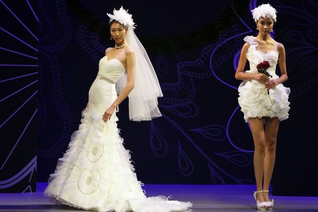 Alguns vestidos chamaram atenção pela ousadia.  (Foto: Ng Han Guan/AP)