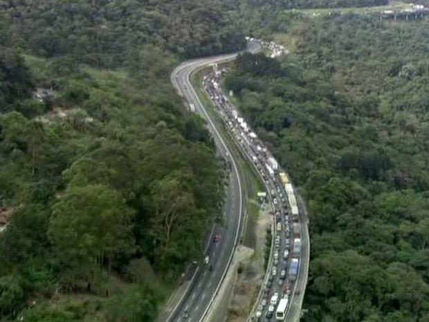 Congestionamento se estende por 5 quilômetros na Fernão Dias por causa do acidente (Foto: Reprodução/TV Globo)