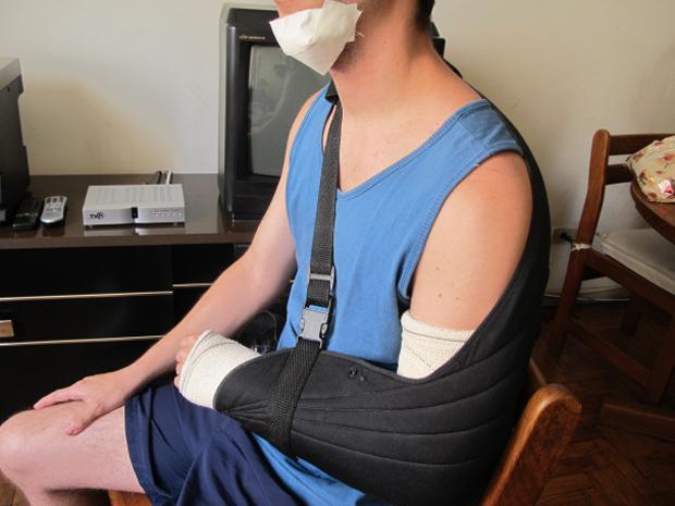 Vítima teve osso do braço quebrado, corte no queixo e perda de um dente (Foto: Roney Domingos/ G1)