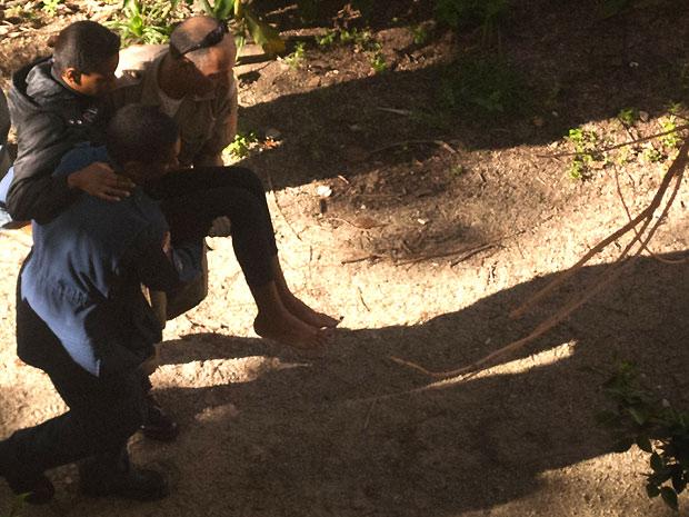 Mulher é socorrida após sobreviver a queda de 30 metros (Foto: Thiago da Silva Bogut/Agência RBS)