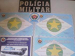 Homem se passava por policial e vendia rifas cujo o prêmio seria um barco. (Foto: Comando Regional/PM)