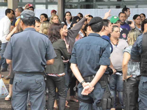 Candidatos invadem universidade ao chegraram atrasados em concurso (Foto: Aliny Mary Dias/G1MS)
