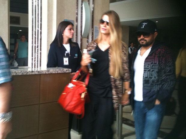 O cantor Luciano deixa o hospital em que estava internado em Curitiba (Foto: Adriana Justi/G1)