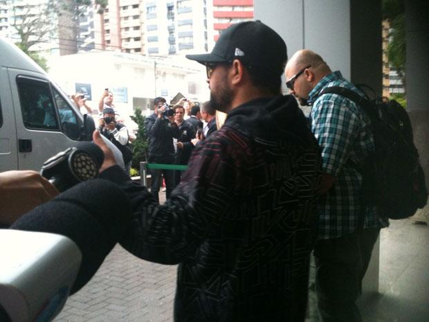Luciano sinaliza que está bem ao ser questionado por jornalistas na saída do hospital em que estava internado em Curitiba (Foto: Adriana Justi/G1)