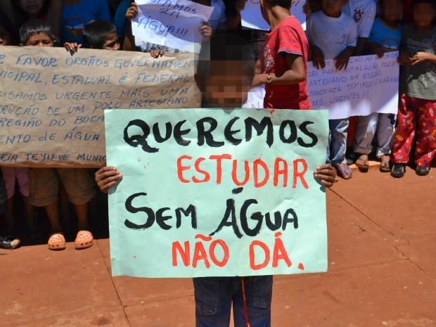 Alunos protestaram na quarta-feira (26) contra a falta de água na escola (Foto: André Nezzi/CaarapoNews)