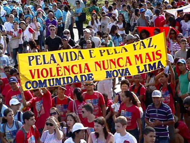 Jovens pedem paz em Vitória (Foto: Reprodução/ TV Gazeta)