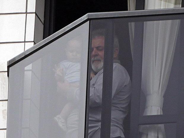 Lula com uma criança na sacada do apartamento onde mora, em São Bernardo (Foto: Marcos Alves / Agência O Globo)