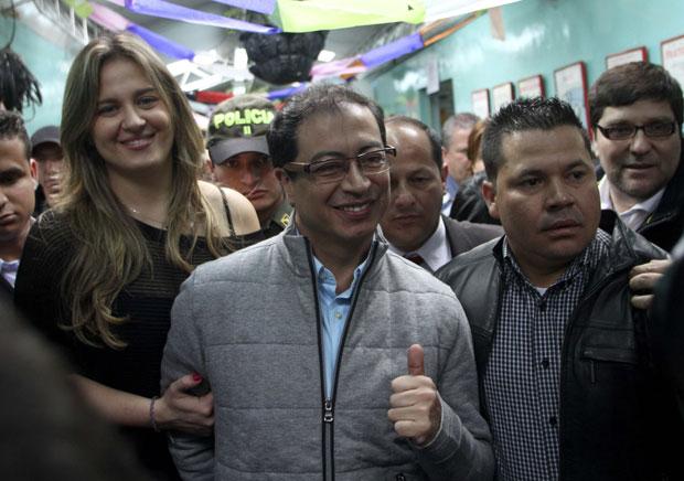 Gustavo Petro, após depositar seu voto em uma escola de Bogotá no domingo (30) (Foto: Reuters)