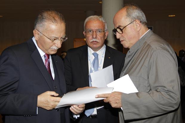 O ministro do Exterior palestino Riyad al-Malki (centro) é visto entre o secretário da Organização de Cooperação Islâmica Ekmeleddin Ihsanoglu (dir.) e o embaixador palestino na Unesco Elias Sanbar (dir.) na sede da Unesco em Paris nesta segunda (31) (Foto: Reuters)