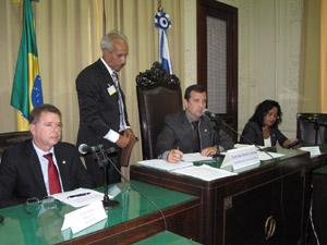 Deputado Bruno Correira (PDT) abre a audiência pública sobre dengue (Foto: Lilian Quaino/G1)