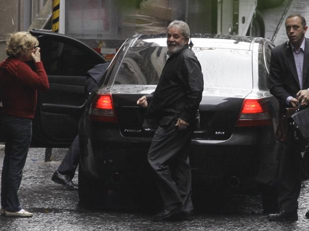 O ex-presidente Luiz Inácio Lula da Silva ao chegar no Hospital Sírio-Libanês nesta segunda (Foto: Nelson Antoine / Agência Estado)