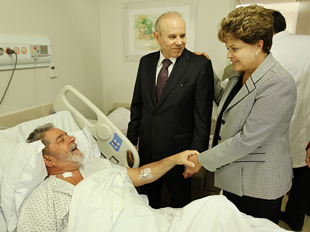 A presidente Dilma Rousseff e o ministro Guido Mantega durante visita a Lula em hospital de SP (Foto: Ricardo Stuckert / Divulgação / Instituto Lula)