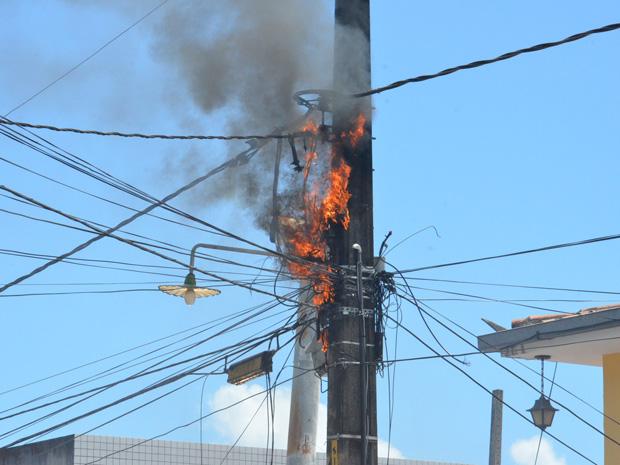 Curto-circuito em fiação de poste termina com fogo em João Pessoa (Foto: Walter Paparazzo/G1)