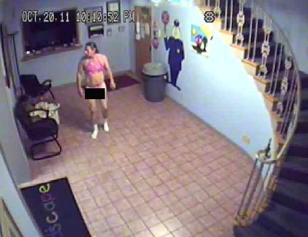 Ladrão tirou a roupa e colocou um biquíni rosa que encontrou na creche.  (Foto: Reprodução)