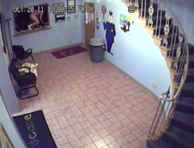 Ladrão fugiu depois que o alarme tocou. (Foto: Reprodução)