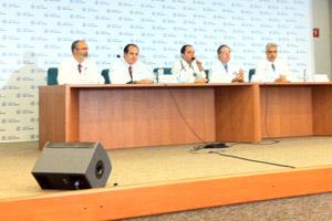 Equipe médica do hospital Sírio-Libanês que trata o ex-presidente Lula (Foto: Juliana Cardilli / G1)