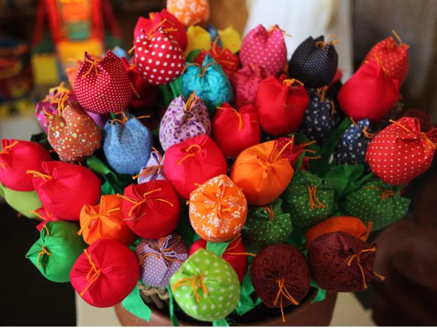Flores de tecido no artesanato nacional (Foto: Divulgação)