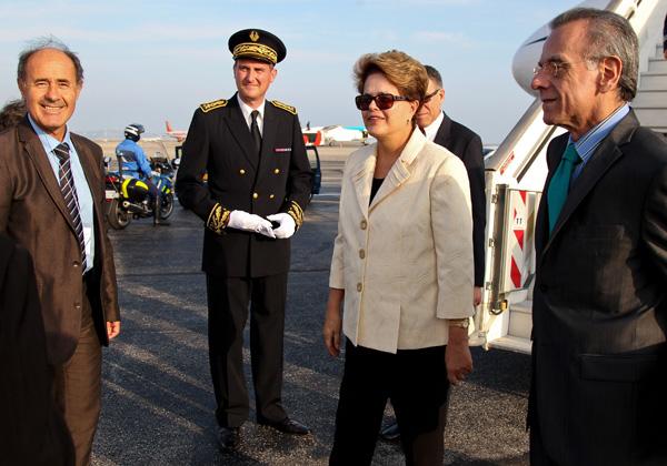 A presidente Dilma Rousseff desembarca em Nice, na França, durante viagem para o encontro de líderes do G20, em Cannes. (Foto: Roberto Stuckert Filho/PR)