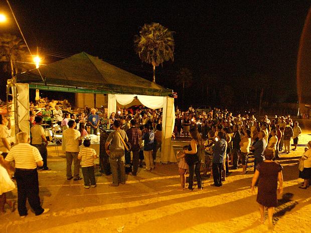 Terço das almas é iniciado na praça da matriz e missa é celebrada no pátio do cemitério. (Foto: Eduardo Queiroz / Agência Diário)