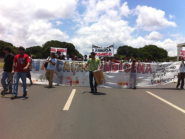 Manifestantes que pedem a manutenção do santuário indigenas no Noroeste interditam Eixo Monumental, em frente ao Palácio do Buriti, em Brasília (Foto: Mariana Zoccoli/G1)