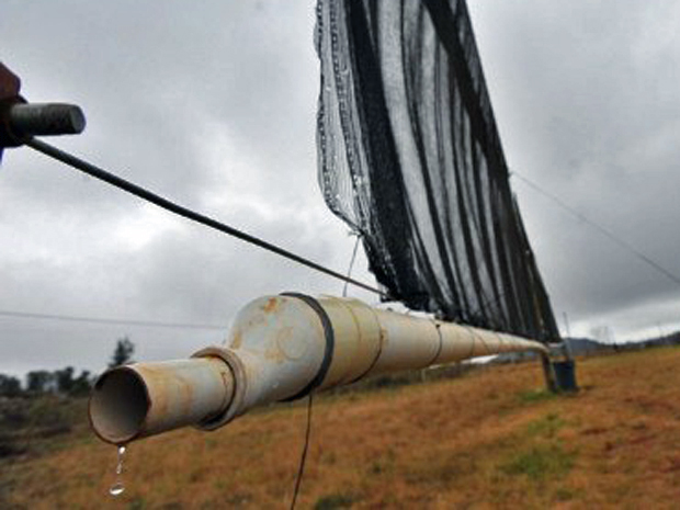 Sistema de captação de água da neblina implantado na cidade de Tshiavha, na África do Sul: solução para a seca (Foto: Alexander Joe/AFP)