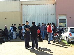 Agentes parados em frente ao Ceseu (Foto: Reprodução/ Tv Integração)