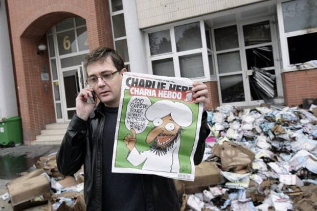 Editor da Charlie Hebdo mostra desenho polêmico. (Foto: Alexander Klein/AFP)