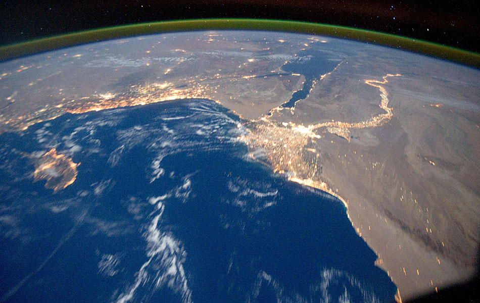 Imagem feita a bordo da estação espacial internacional mostra o mar Mediterrâneo, a peninsula do Sinai e o delta do rio Nilo.