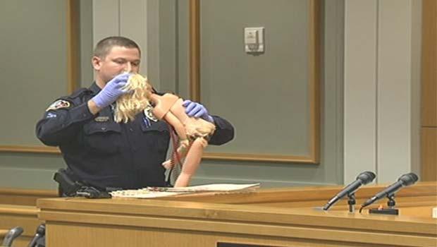 """A boneca, """"prova do crime"""", é mostrada no tribunal nesta quarta-feira (2) (Foto: Divulgação)"""