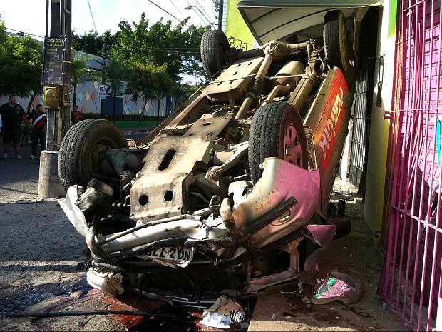 Acidente envolvendo carro da perícia forense deixa cinco feridos em Fortaleza (Foto: Gisleine Carneiro/TV Verdes Mares)